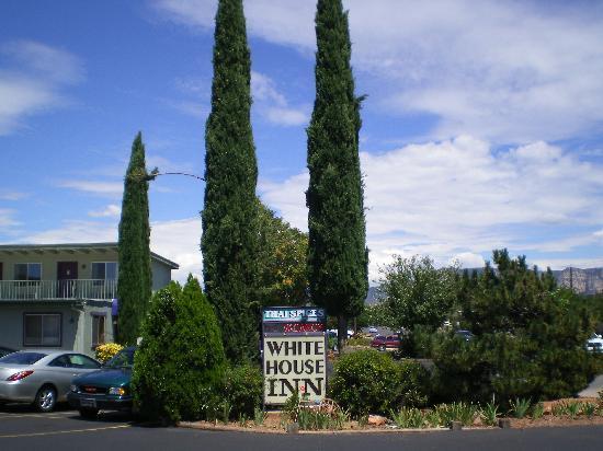 Whitehouse Inn : Hotel Sign