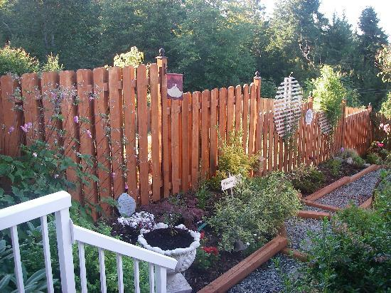 Island Serenity Chemainus Bed & Breakfast / Vacation Rental: Garden next to Deck