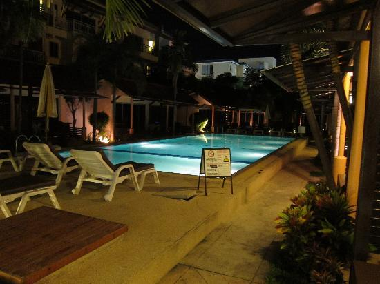 Rico's Bungalows: Pool nightview