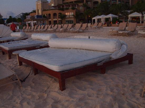 The Ritz-Carlton, Grand Cayman: Beds on the Beach
