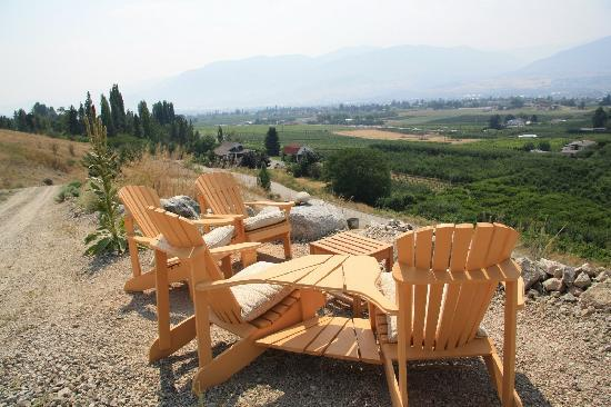 Brin de Soleil B&B: Seating area overlooking water and wineries