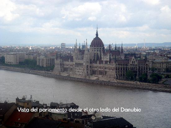 Budapest, Hungary: Vista del Danubio y el Parlamento
