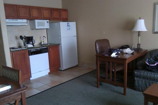 Staybridge Suites Lubbock: living/kitchen