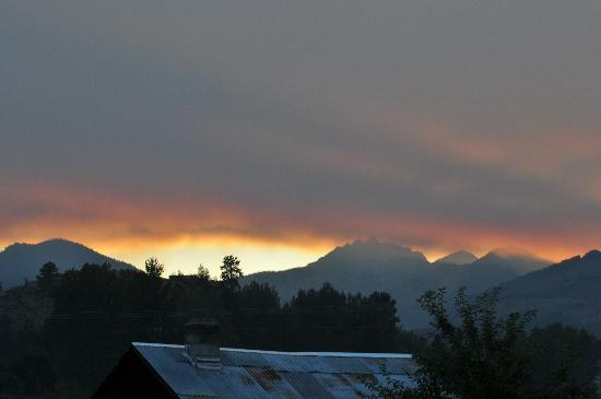 Mt Gardner Inn: Sunset with a far off forest fire