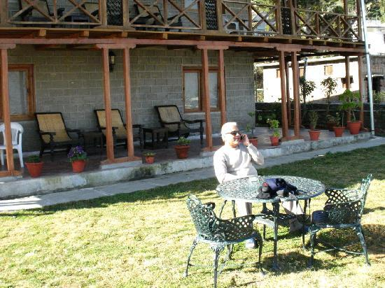Kausani, India: Waiting for breakfast in the sun
