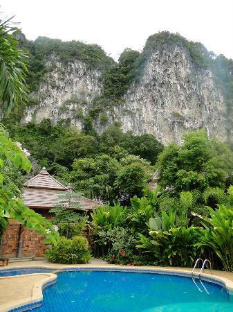 Phu Pha Ao Nang Resort and Spa: Blick vom Pool ins Hinterland