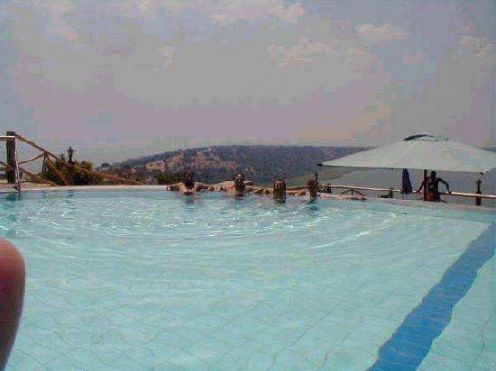 Mweya Safari Lodge: The Pool! Great view to the Kazinga channel...