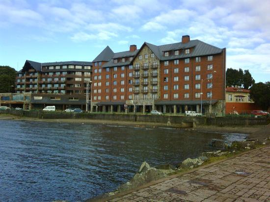 Hotel Dreams Araucania : Vista del hotel Colonos del Sur desde el muelle