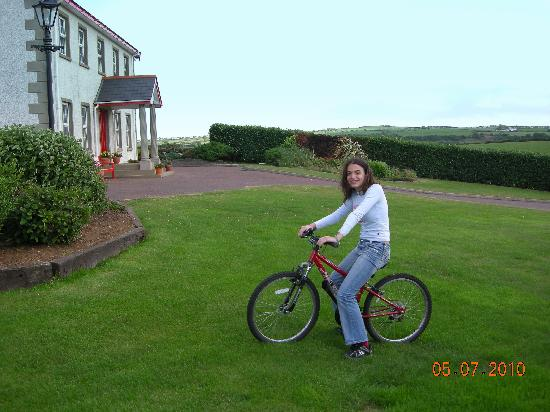 Carnalbanagh House: large garden and playground