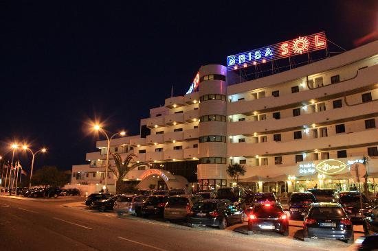 Hotel Apartamento Brisa Sol: Brisa Sol by night, tourist train stops just to the right