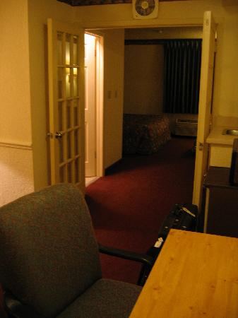 Travelodge Inn & Suites San Antonio Near Fort Sam: Between the saloon and the bedroom.
