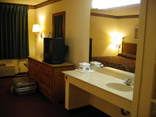 Travelodge Inn & Suites San Antonio Near Fort Sam: Bathroom.