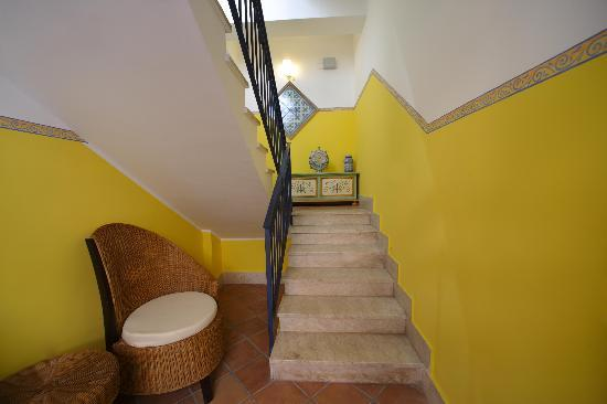 Casa Vacanza Donna Carmela: Entrance to Stairwell