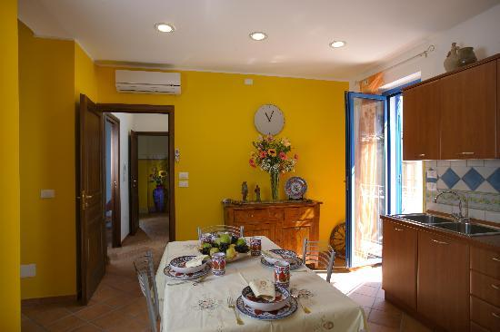 Casa Vacanza Donna Carmela: 1st Floor Hallway and Kitchen