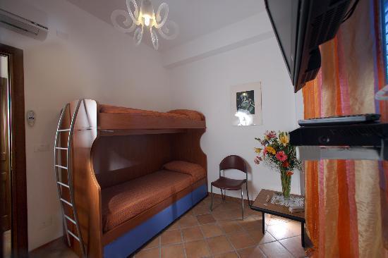 Casa Vacanza Donna Carmela: 1st Floor Bedroom