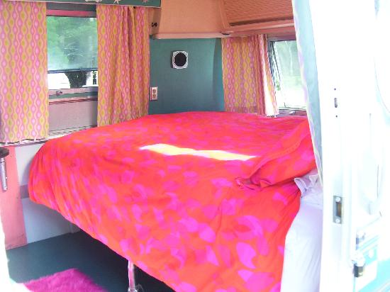 Kate's Lazy Meadow Motel: Comfortable bed with cosmic decor