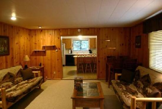 ‪‪Yellowstone Wildlife Cabins‬: Bear Cabin Living Room‬