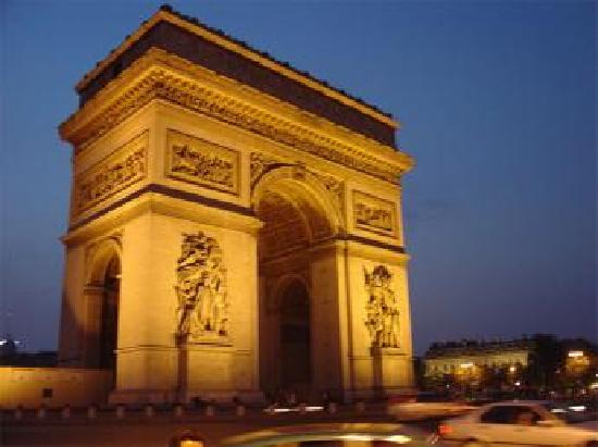 Paris, France: Der Arc de Triumph bei Nacht