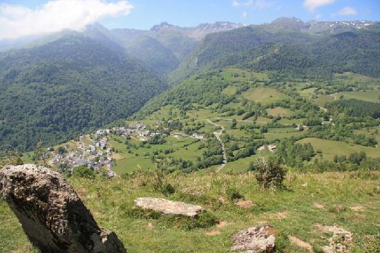 L'arrajou: Le village de Bilheres vu depuis un sentier de randonnée