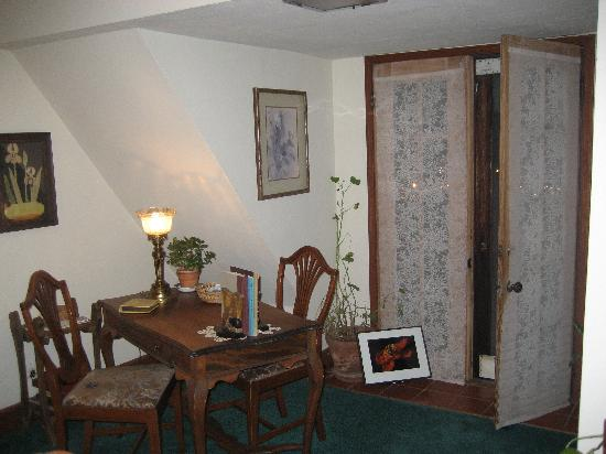 Poppy Hill Bed and Breakfast: common area on 2nd floor and entrance to balcony