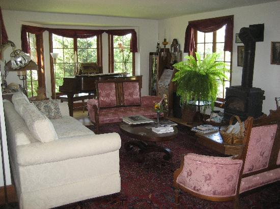 Poppy Hill Bed and Breakfast: living room