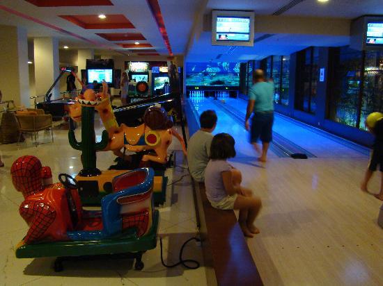 Limak Lara De Luxe Hotel&Resort: Bowling lanes