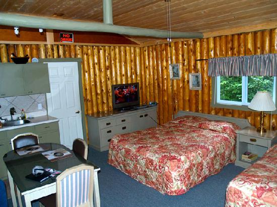 High Falls Motel and Cabins: Cottage Six insides