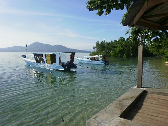 Bunaken Beach Resort: dive boat in front of the resort
