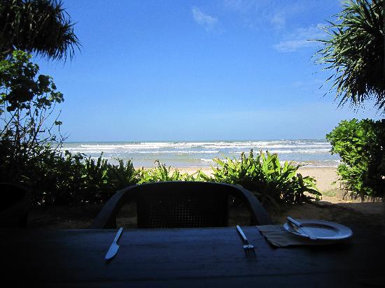 Weligama Bay Resort: estaurant and beach