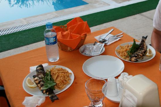Canada Hotel Cirali Olympos: Segundo plato cena: Lubina al grill.