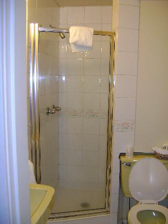 Buchan Hotel: Updated bathroom - plush towels!