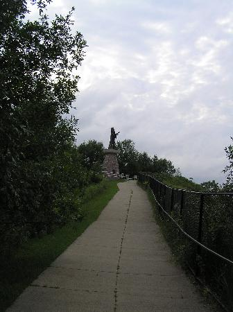 Sioux City, IA : Short walk to monument from parking lot