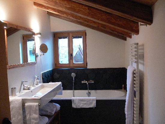 La salle de bain des maîtres !!! - Picture of Montagne Alternative ...