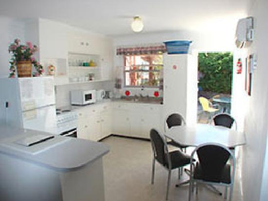 Sunset Waters Holiday Villas: Kitchen Villa 3