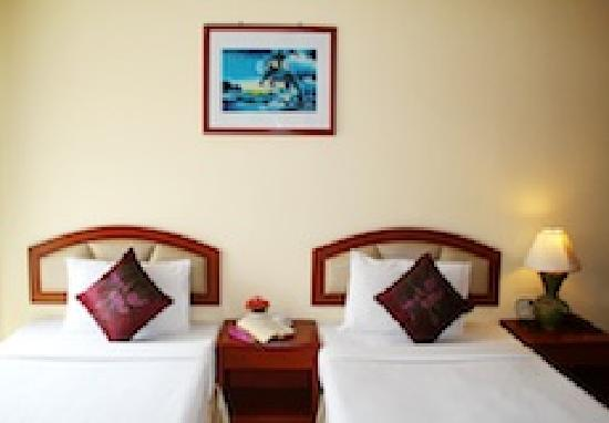 Priew Wan Guesthouse: twin bedroom with private balcony, satellite television, hot/cold shower, fridge and safety-box
