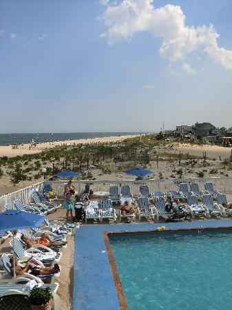 White Sands Oceanfront Resort & Spa: one of the 2 outdoor swimming pools