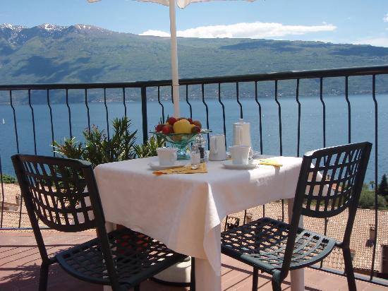 Hotel Villa Europa: la prima colazione servita sulla terrazza