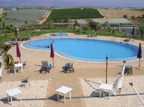 Casale dei Consoli: una rinfrescante nuotata in piscina