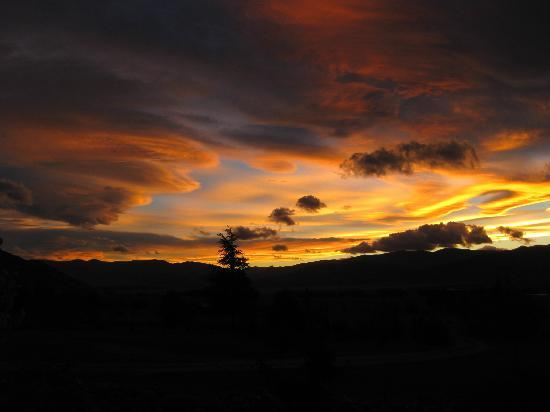 BBH Backpackers Hostel Buscot Station: Gorgeous sunsets over Mackenzie Country