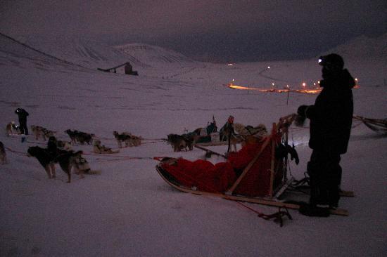 Longyearbyen, Norge: Start zu einer Hundeschlittentour