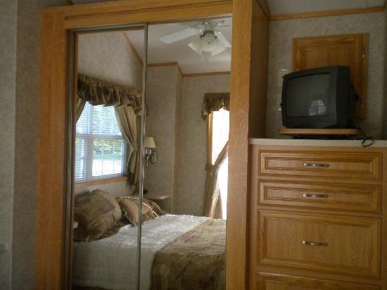 Misty Mountain Ranch : TV in bedromm