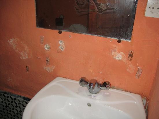 Dar Bouanania: Le lavabo: assez délabré.