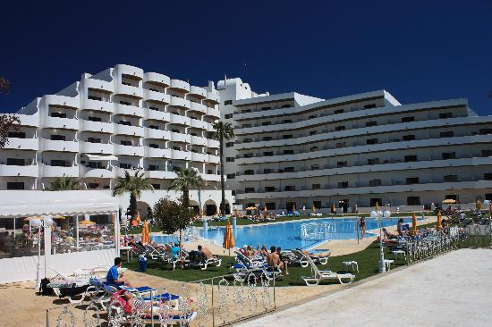 Hotel Apartamento Brisa Sol: Spacious pool area and Algarvian deep blue cloudless sky - bliss!