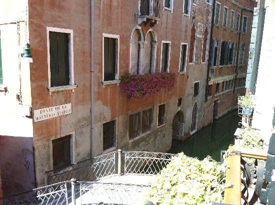 Hotel La Fenice Et Des Artistes: View from the balcony