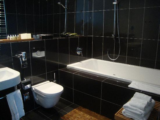 Hotel Albrecht: Clean and trendy bathroom with 2-person bath