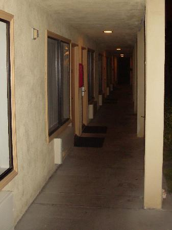 Cortona Inn & Suites Anaheim Resort: Exterior corridor outside room...