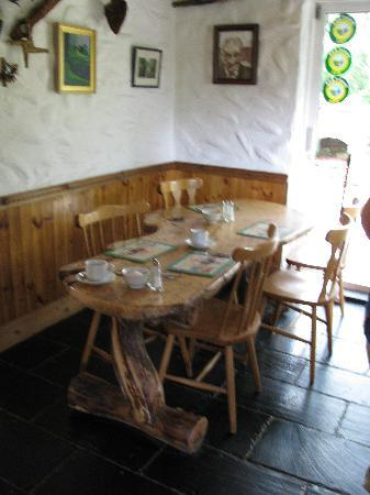Lissyclearig Thatched Cottage: Dinning Area
