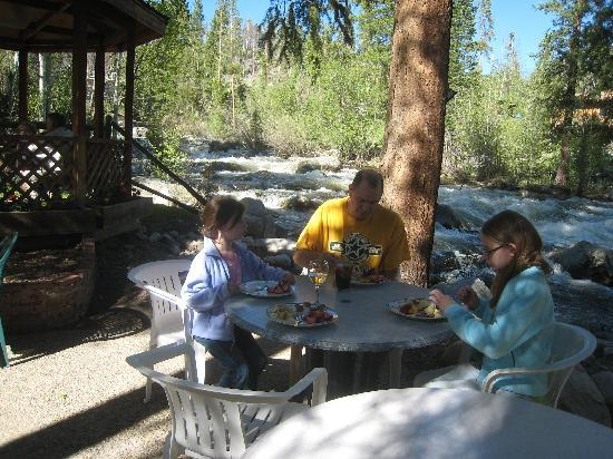 Rapids Lodge: dinner by the river