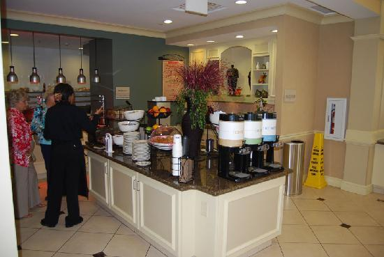 Hilton Garden Inn Richmond Airport : Breakfast bar area