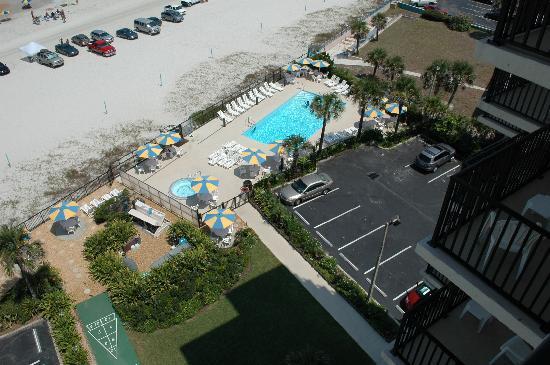 Nautilus Inn: Pool and parking area